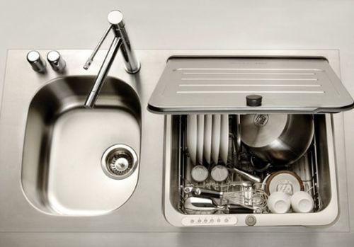Посудомойка в раковине