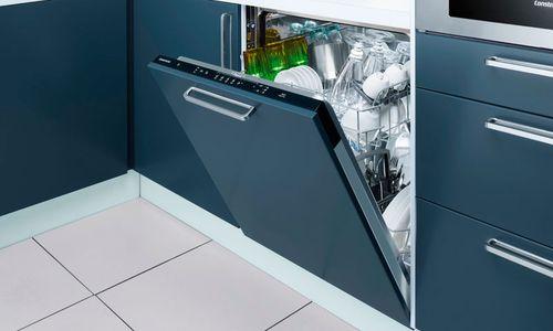 Встроенная посудомоечная машина синего цвета