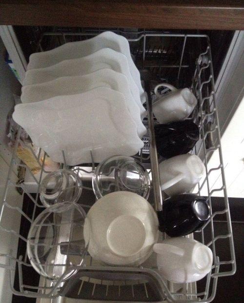 Загруженная посудой машина