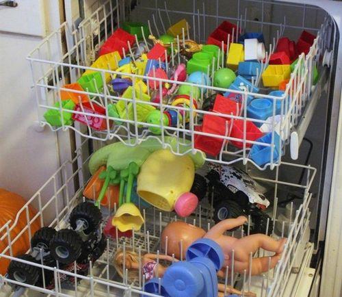 Загруженная игрушками машина