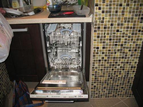Посудомойка рядом с раковиной