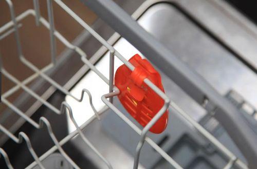 Установленный ароматизатор в посудомойке