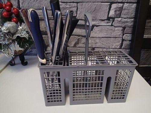 Ножи и вилки в лотке для столовых приборов
