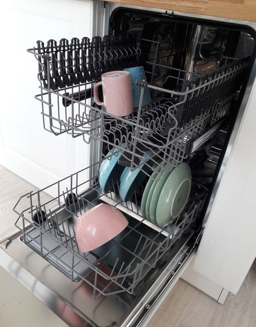 Модель в интерьере кухни